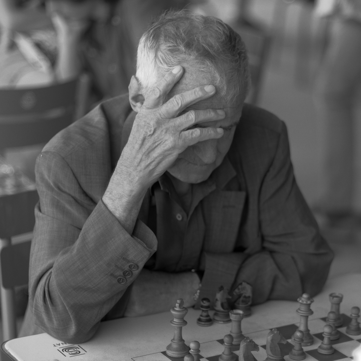 Jean philippe jouve black and white street photography paris the chess player